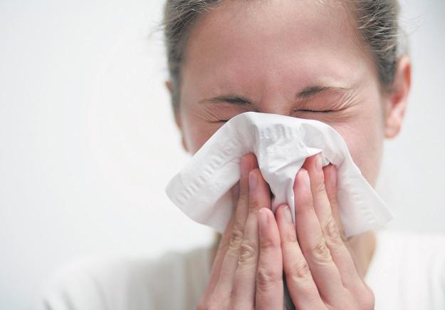 Persona con pañuelo de mocos ¿Cómo diferenciar la alergia de un resfriado?