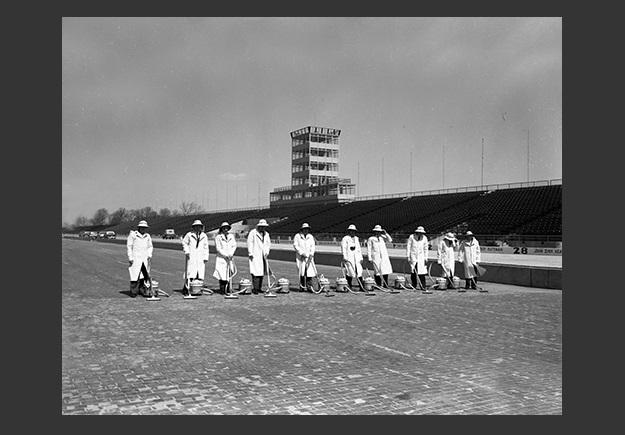 equipo de personas con Majestic de FilterQueen aspirando la pista del circuito FilterQueen y las 500 millas de Indianapolis